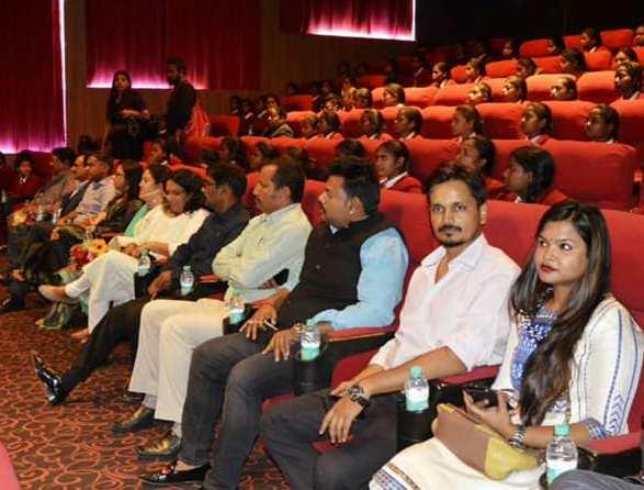 जो सरकार ने नहीं किया, वह निजी संस्थाओं ने किया, 240 छात्राओं को दिखाई 'पैडमैन'