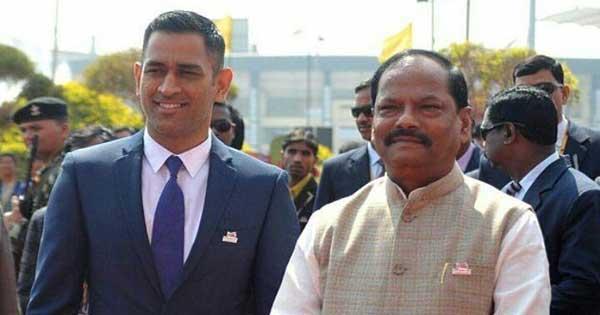 बड़े-बड़े पूंजीपतियों के लिए CM रघुवर के पास जमीन की कमी नहीं, पर धौनी के क्रिकेट एकेडमी…