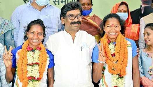 ओलम्पिक में शानदार खेल का प्रदर्शन करनेवाली झारखण्ड की दो बेटियों का CM हेमन्त ने दिल खोलकर किया स्वागत, 50-50 लाख के चेक थमाए, स्कूटी दी और शहर में एक शानदार मकान भी